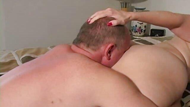 Tersembunyi cerita dewasa panas hot di semak-semak, dia melihat telanjang, masturbasi,.