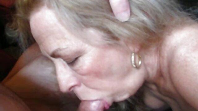Dia duduk di wajahnya dan memaksanya cerita sex hijab terbaru Menjilat.
