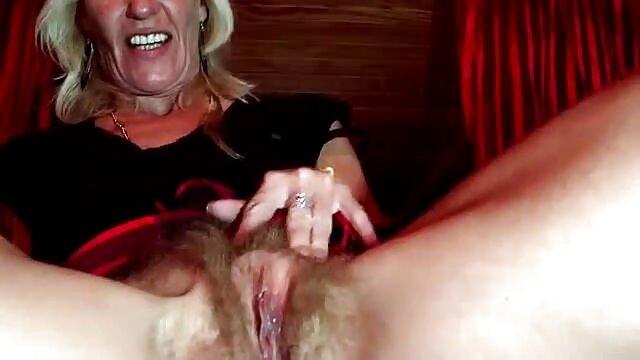 Ibu memampatkan dadanya, sementara cerita sex sma terbaru suaminya, masturbasi.